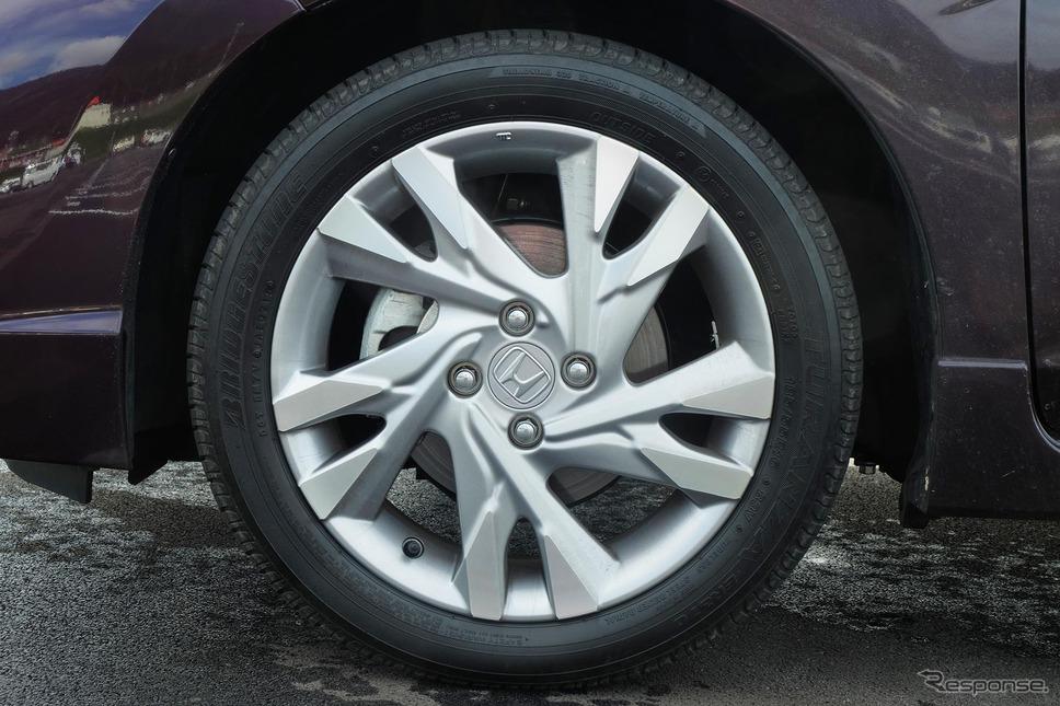 装着タイヤはブリヂストン「TURANZA ER370」。そう悪いタイヤではないのだが、サスペンションの味付けが雑で、特性を生かしきれていなかった。《撮影 井元康一郎》