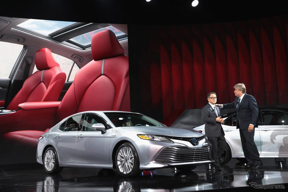 トヨタ自動車の豊田社長と米国トヨタのカーター上級副社長(デトロイトモーターショー2017) (c) Getty Images