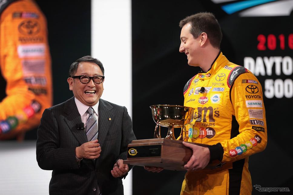 豊田社長とブッシュ選手(デトロイトモーターショー2017) (c) Getty Images
