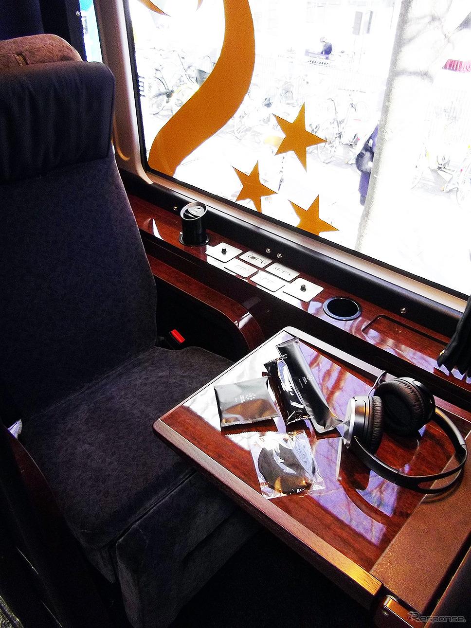 ドリームスリーバー東京大阪号の客室、テーブルを出した状態《撮影 大野雅人(Gazin Airlines)》