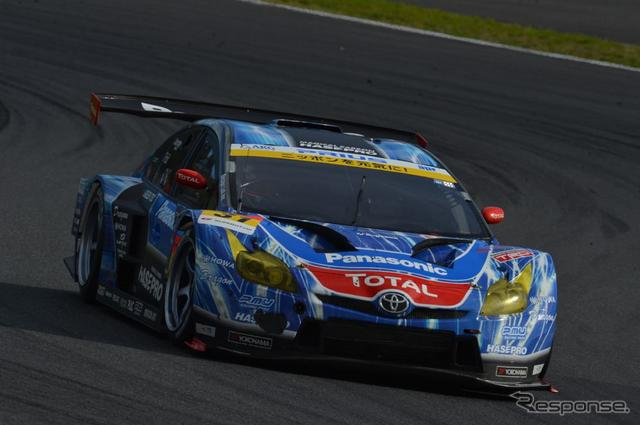 SUPER GT、新田守男/嵯峨宏紀組の『apr HASEPRO PRIUS GT』は、GT300クラス2位でハイブリッドマシン初の表彰台獲得