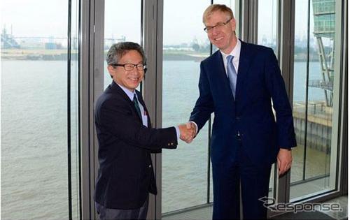 契約時のJFEスチール 西馬孝文専務(左)とtkSEのDr.ヘリベルトRフィッシャー(右)