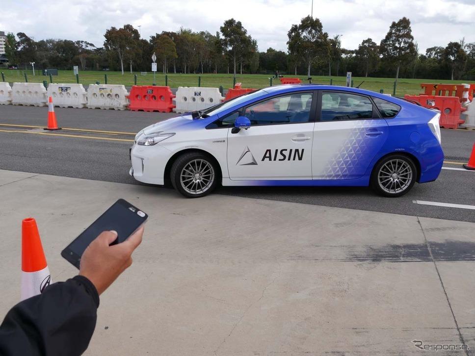 スマートフォンの操作による無人駐車のデモ。白線と障害物を認識して自動駐車する