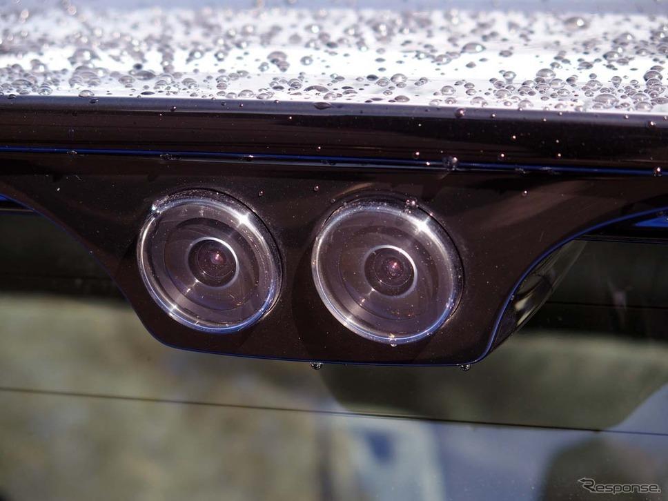 リアスポイラー付近には後方視認用としてもステレオカメラを装着