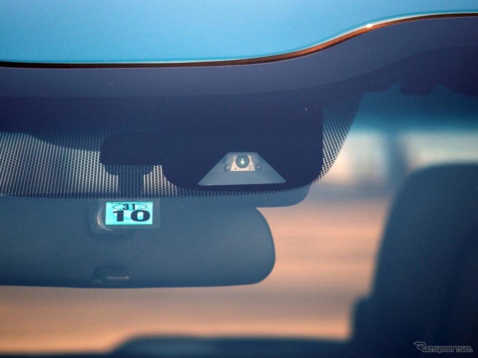 車線や歩行者検知などを司る単眼カメラはフロントウインドウ上部に設置されている
