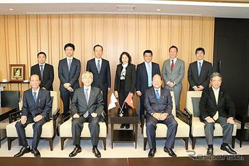 調印式の様子、前列左からVOSA社 Trung General Director、日本郵船 内藤忠顕社長、VOSA社 Cuong Chairman、日本郵船 力石専務