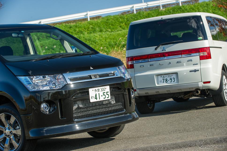 三菱 デリカD:5 の特別仕様車「ローデスト ロイヤルツーリング」(左)と「シャモニー」(右)《撮影 雪岡直樹》