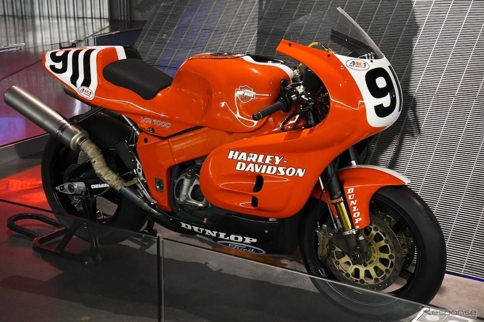 水冷DOHC Vツインエンジンを搭載するハーレーダビッドソンのレーシングマシン『VR1000』(1994年)。《撮影 青木タカオ》