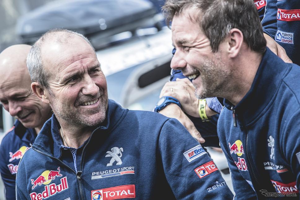 ローブ(右)とペテランセル(左)、プジョー勢同士の優勝争いは終盤戦に突入する。〈写真:Red Bull〉