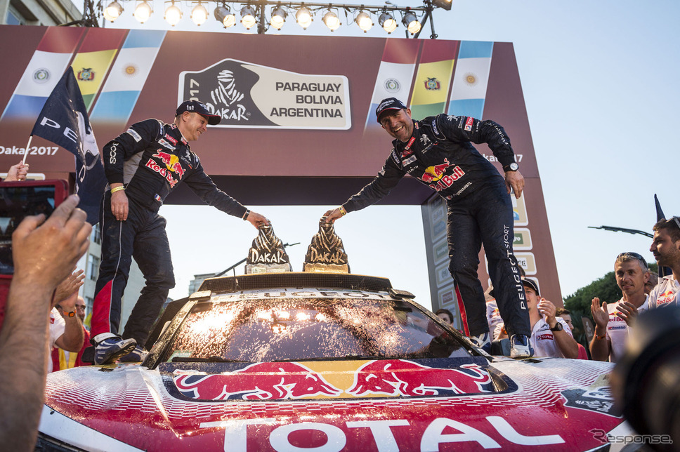 ペテランセル(右)は、頼れるコ・ドライバーであるJ-P.コトレとともに、2017年のダカールラリーを制した。写真:Red Bull