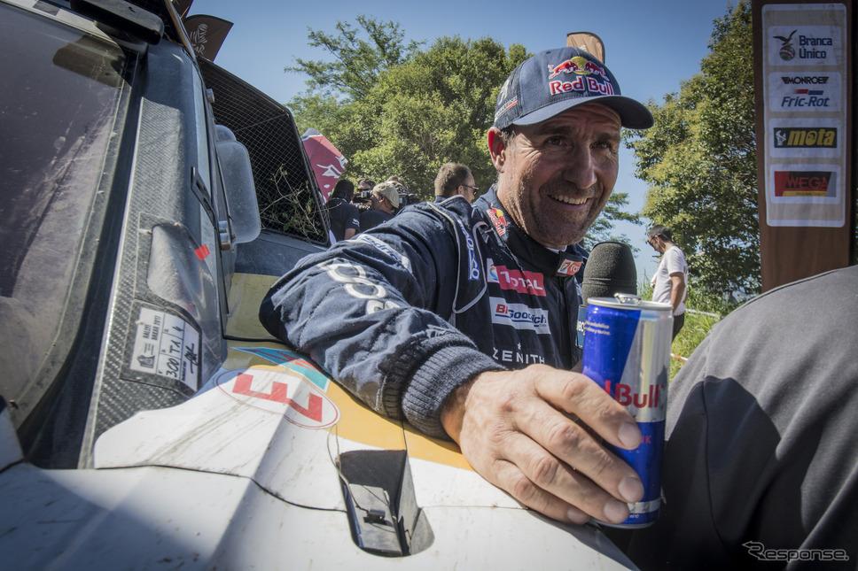 2輪と4輪で通算13回目となる総合優勝を飾ったペテランセル。写真:Red Bull