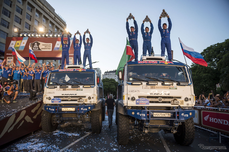 トラックの総合優勝はカマズの#505 ニコラエフ組(右)。写真:Red Bull