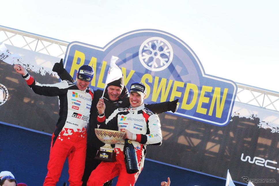 右からラトバラ、チーム代表のマキネン、コ・ドライバーのアンティラ。《写真提供 TOYOTA》