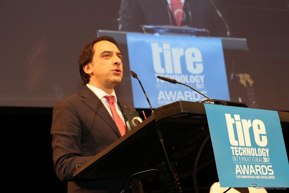 表彰式に出席するブリヂストン テクニカルセンター ヨーロッパの研究開発責任者 Emilio Tiberio氏
