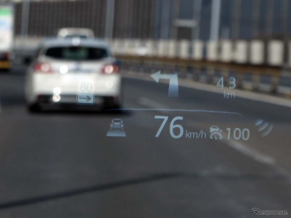 新採用ヘッドアップディプレイはフロントウインドウへ直接表示するタイプとなった