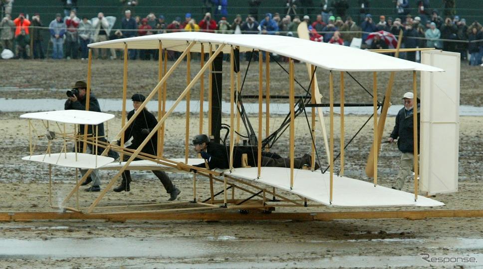 これはライト兄弟がキティホーク近くのキルデヴィルヒルズで飛ばしたフライヤー=飛行機のレプリカ(2003年の100周年イベント) (c) Getty Images