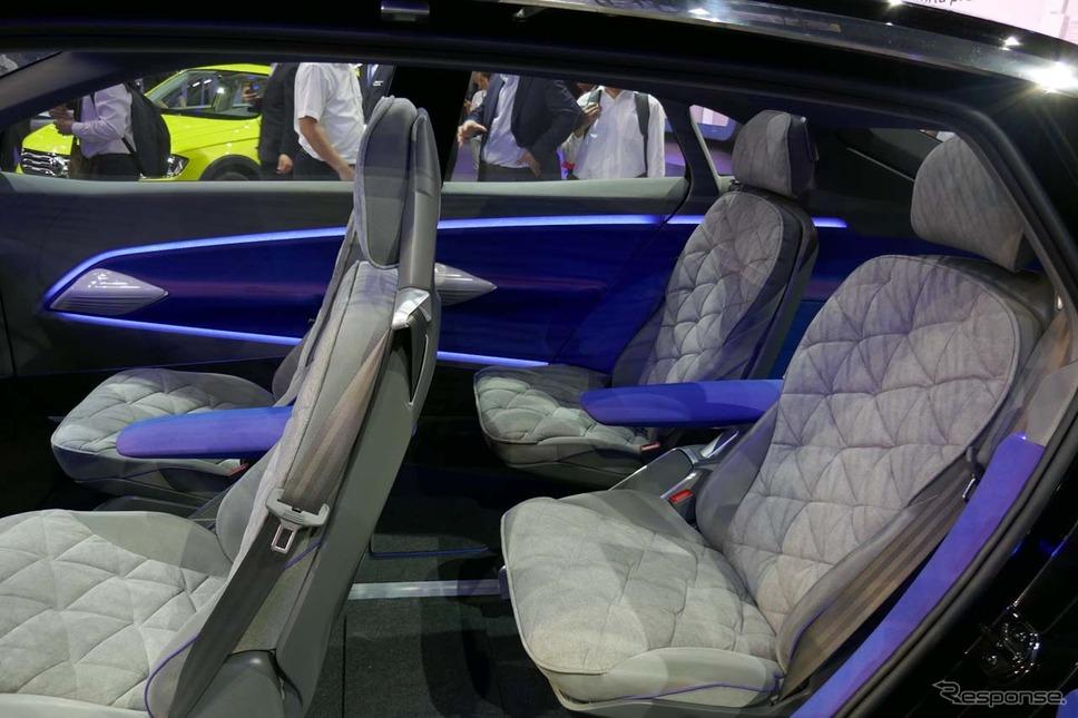 広々とした車内では大人4人がゆったり座れるセパレート型シートを採用