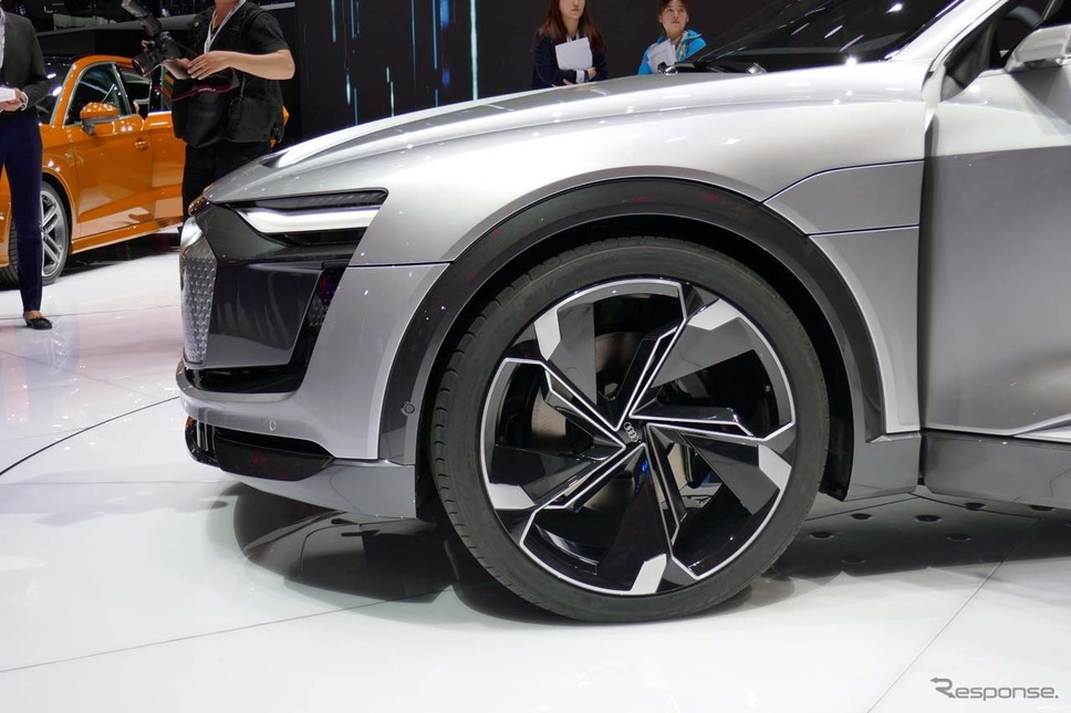 タイヤは6スポークの大口径23インチホイールの組み合わせ