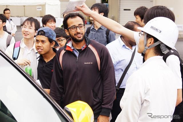 留学生の姿も目立った。皆が熱心に説明を聞いている。《撮影 石田真一》