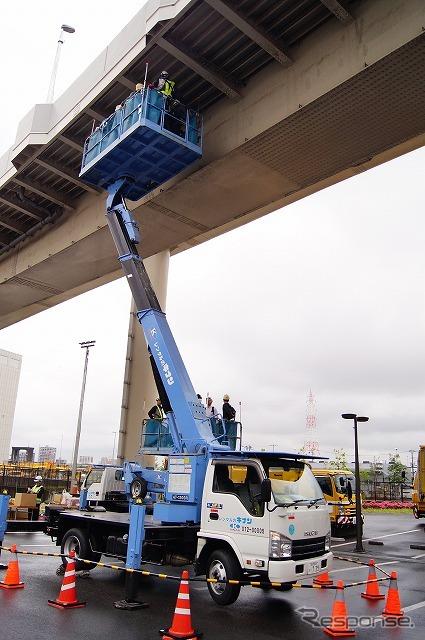 実際の高架橋を使い、高所作業も体験。地上からの高さは約10mとのこと。《撮影 石田真一》