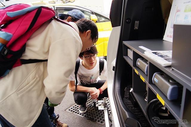照度・電界強度測定車に搭載されたシステムに興味津々。《撮影 石田真一》