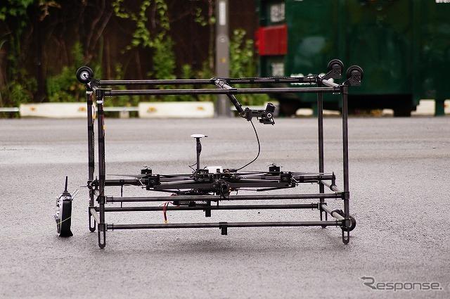 ドローンは首都高速道路がメンテナンス用に開発中のプロトタイプを展示。カゴの中にドローン本体が収まっている。《撮影 石田真一》