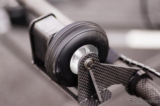 カゴの上部にはタイヤが取り付けられている。《撮影 石田真一》