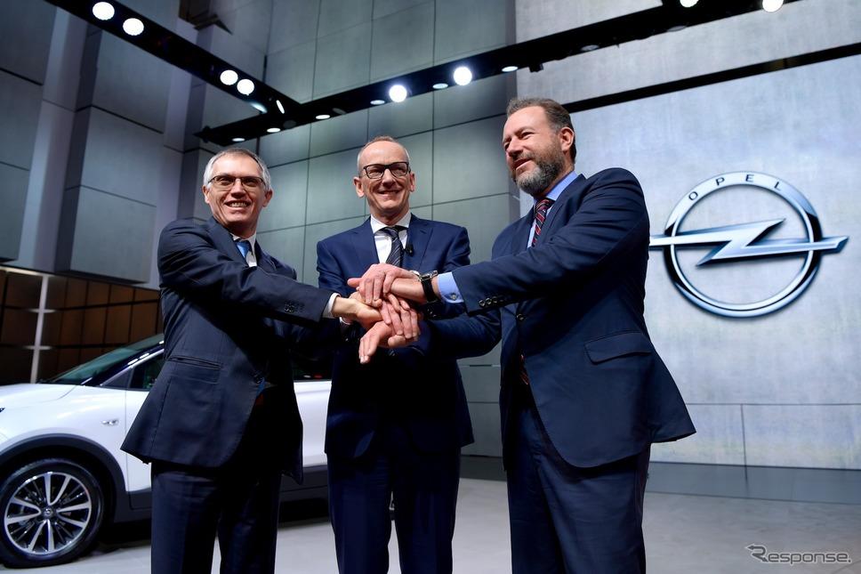 ジュネーブモーターショーで握手するPSA、オペル、GMのVIPら。(c) Getty Images