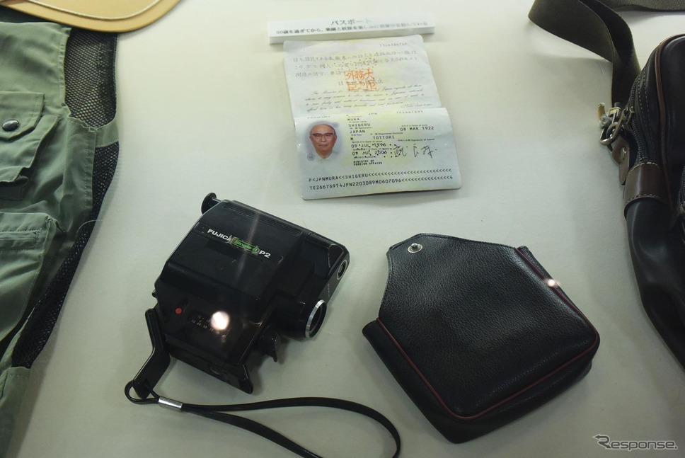 海外に行くときに使っていたパスポートとムービー。《撮影 井元康一郎》