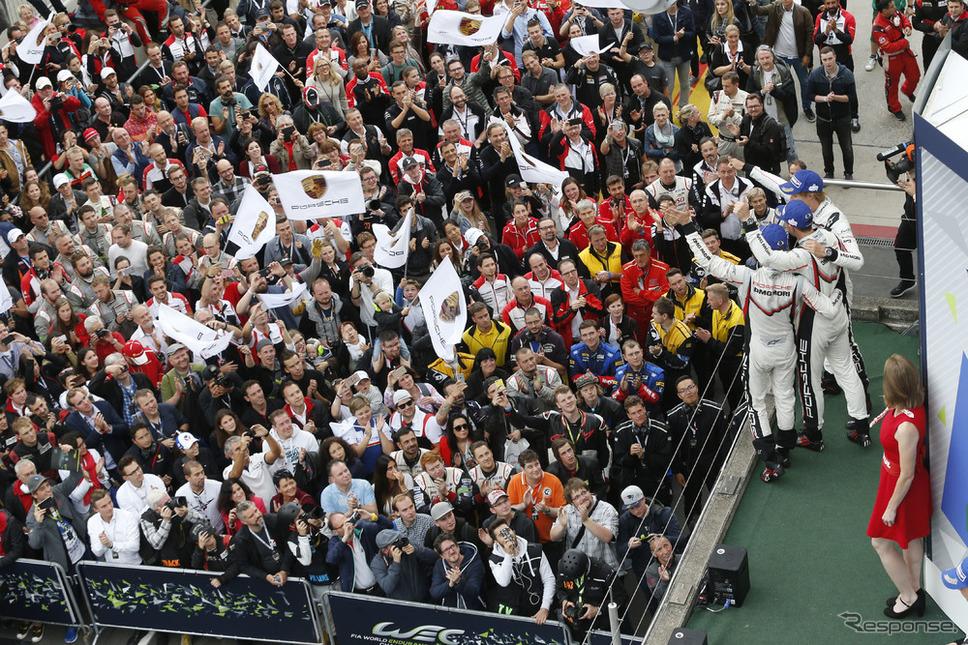 #2 ポルシェのウイニングクルーが声援に応える。《写真提供 Porsche》