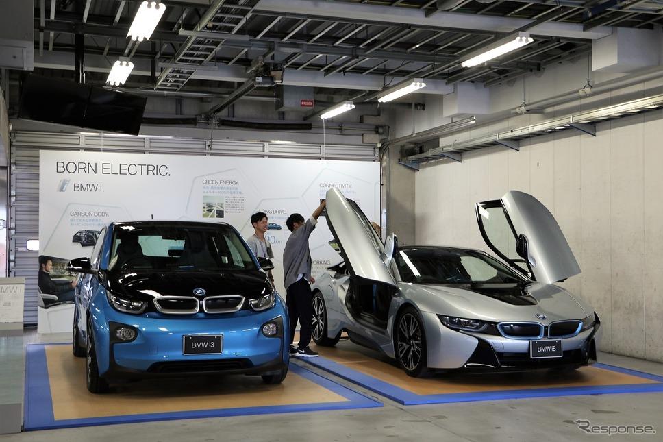 BMW i3(左)とi8(右)《撮影 内田千鶴子》