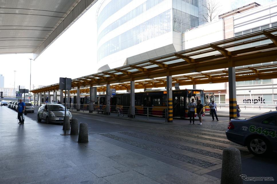 バスターミナル(ワルシャワ)《撮影 関 航介》