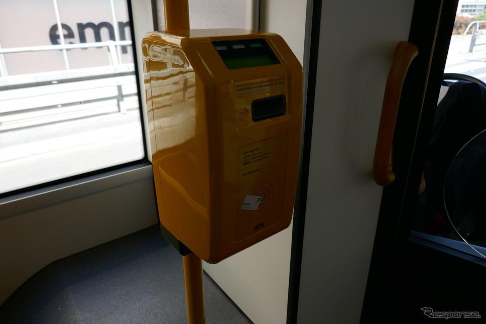 バス車内の改札機(ワルシャワ)《撮影 関 航介》