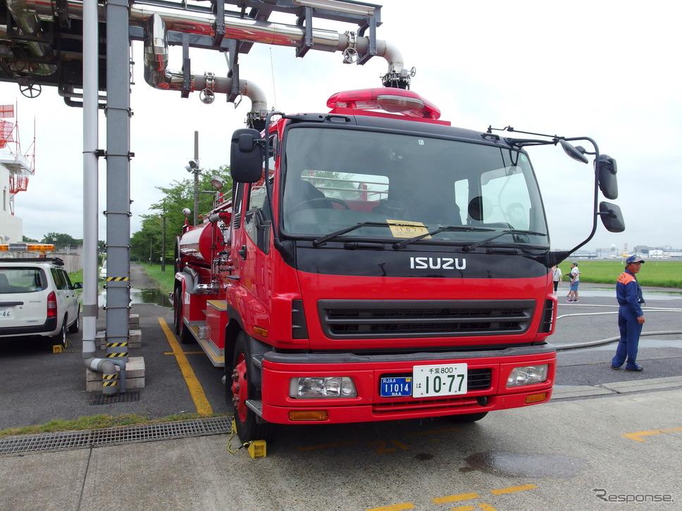 成田空港の空港消防西分遣所13号車。シャシーはいすゞ。《撮影 高木啓》