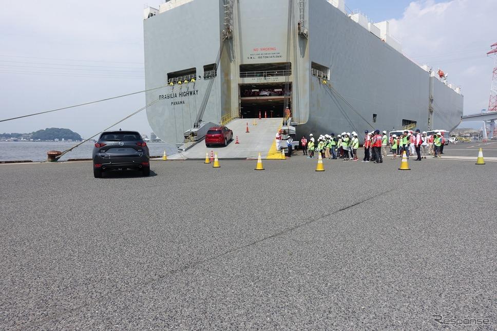 船積みされるクルマは、下船する港なども考慮して順番に船内に搬入されている。そんな中、見学会参加者のために、4台のCX-5が船内へと進入。船内での駐車、固定など、一連の作業を見学した。《撮影 中込健太郎》
