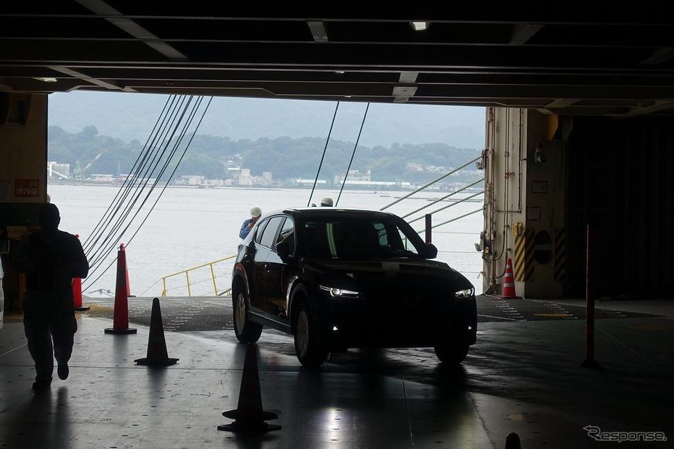 見学が終わったころには、再び通常の搬入が開始。5台で一組のチームになり、一台送迎用のワゴン車があとから伴走。手際よく新車を積み込むと、そのワゴン車に乗って再び下船。次のクルマの搬入へと向かっていた。《撮影 中込健太郎》