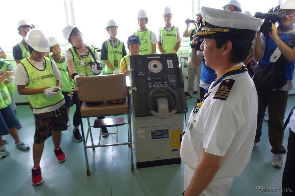 操舵室ではこの大きな船が動く仕組みの説明を受ける。《撮影 中込健太郎》