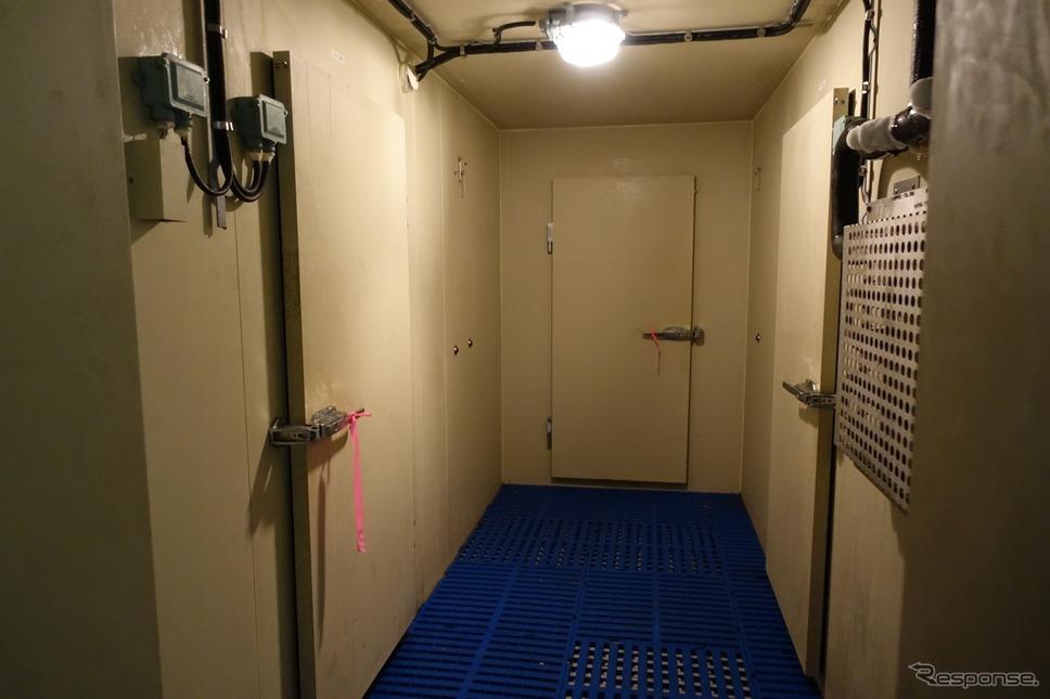 大きな冷蔵庫。魚や肉など種類ごとに分けられるのだという。1か月間の船員の胃袋を満たす食料が収められ、出港するのだという。《撮影 中込健太郎》