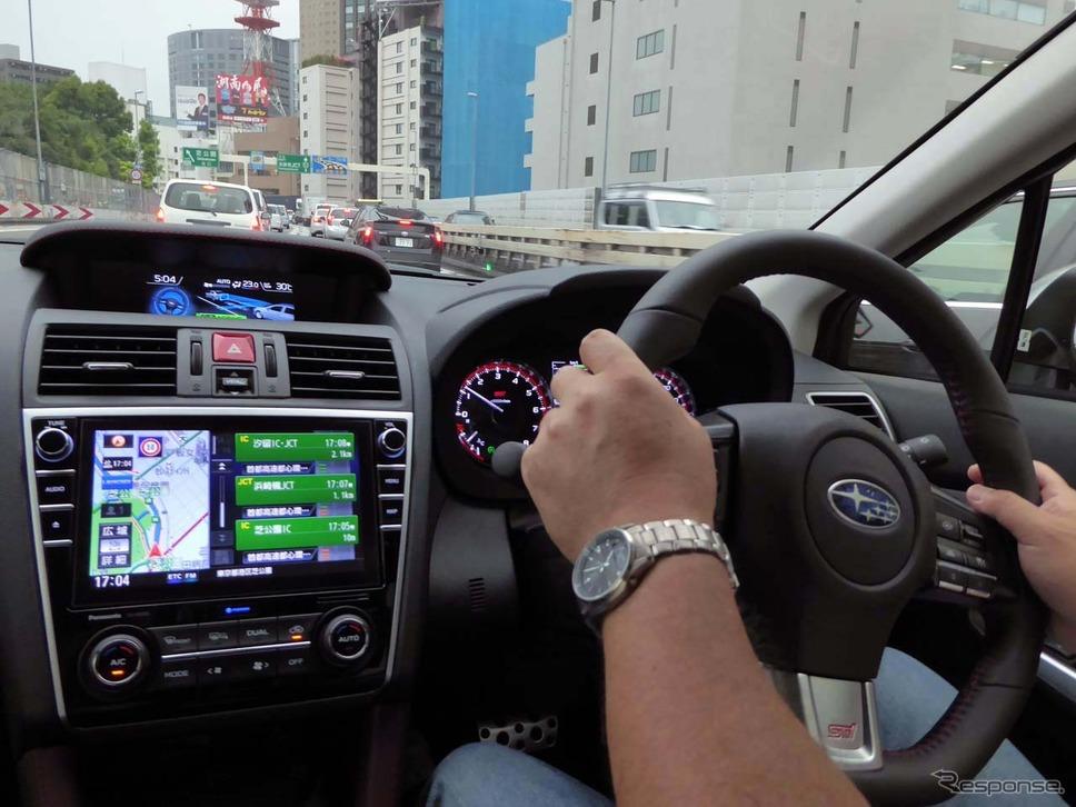 車線内の中央付近を走行するようステアリング操作を行うため、渋滞時はほとんどステアリングに手を添えているだけだ