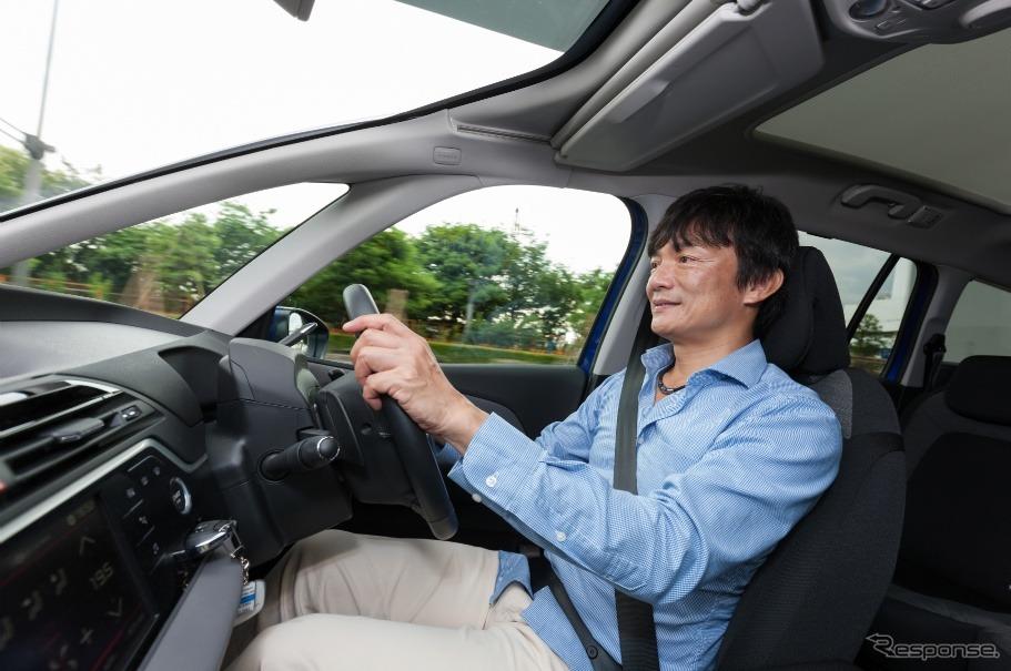 シトロエン グランドC4ピカソを運転する岡本幸一郎氏