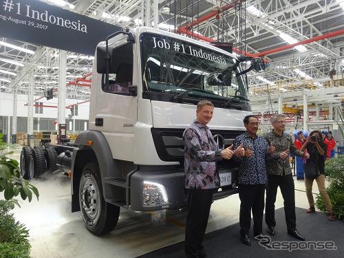 式典の様子 左からダイムラー・コマーシャル・ビークルズ・インドネシア社長 マーカス・フィリンガー、インドネシア 経済調整省次官 エディ・プトラ・イラワディ次官、ティム・グリーガー生産本部長