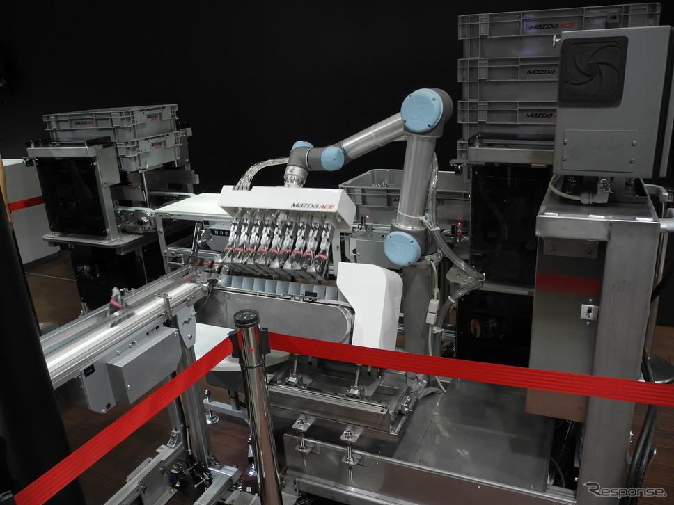マツダエースが開発したおにぎり箱詰めロボット《撮影 山田清志》