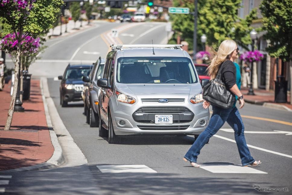 フォードの自動運転車と歩行者のコミュニケーションテスト
