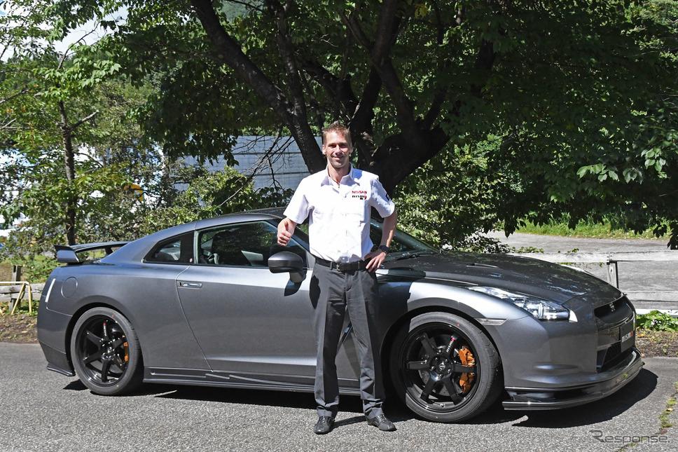 ミハエル・クルム選手と日産 GT-R NISMOパーツ装着車《撮影 諸星陽一》