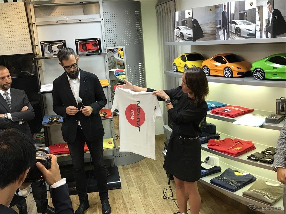 オープン前日に開かれたパーティでは、日本専用商品だというTシャツも披露される。日本専用商品も登場!!ランボルギーニのアパレル&アクセサリーを扱う「COLLEZIONE AUTOMOBILI LAMBORGHINI GINZA」オープン!《撮影 中込健太郎》