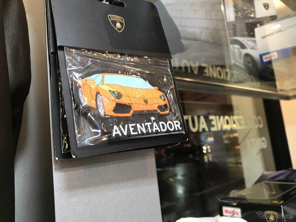 案外リーズナブルな商品も。みんなが憧れるランボルギーニだからこそマグネットなどの小物もおかれている。日本専用商品も登場!!ランボルギーニのアパレル&アクセサリーを扱う「COLLEZIONE AUTOMOBILI LAMBORGHINI GINZA」オープン!《撮影 中込健太郎》