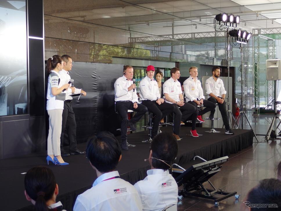 着席の向かって左端がマキネン代表。同右へラトバラ、ひとりおいてミーカ・アンティラ(コドライバー)、ラッピ、ヤンネ・フェルム(コドライバー)《撮影 高木啓》
