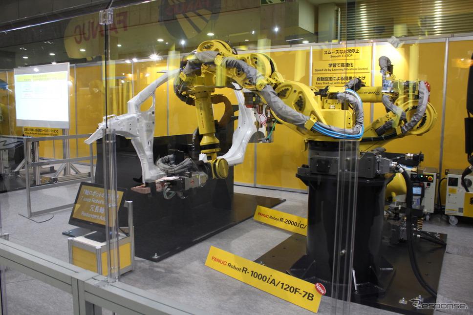 サイドのパネルをスポット溶接するロボット。7軸の複雑な動きで奥まった微妙な箇所も溶接できる。
