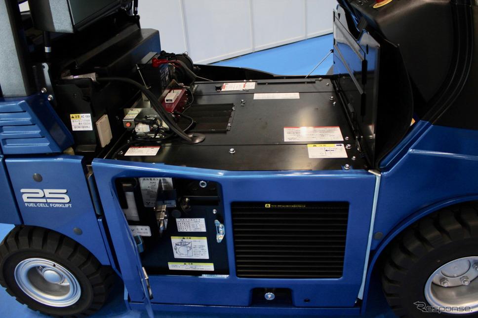 サイドのパネルを開けると水素の充填コネクターが現れる。燃料電池スタックはフロア底部の中心に配置。左側にバッテリーが収まる。