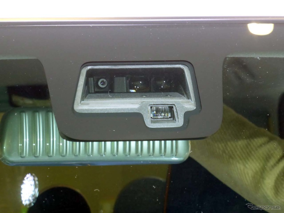 「デュアルセンサー・ブレーキサポート」はフロントウインドウの上部に装着される